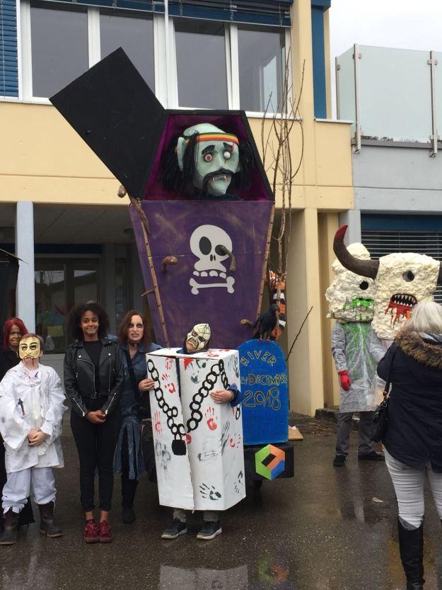 Le groupe Pemba pose devant ce Rababou avec leurs magnifiques costumes. Ils enchaîneront avec une chorégraphie du titre «Thriller» de Michael Jackson. (Hugo)