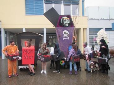l'ASEJ pose devant le Rababou avec leurs déguisements d'horreur et le chien Nougat. (Hugo)