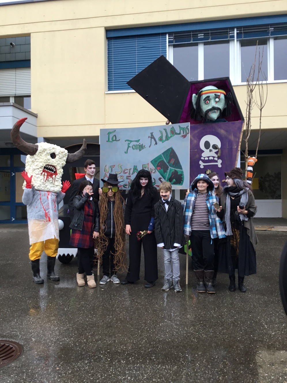 Le groupe Kewan pose devant le Rababou avec leur thème: La famille Adams. (Heliès)
